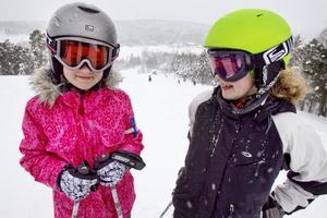 Systrarna Steffi och Sandra Tuunainen hade kul i Hedebacken.–Äntligen! sa de om premiären.