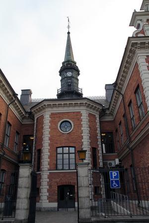 Rådhusets torn med klocka och skyddsräcke.