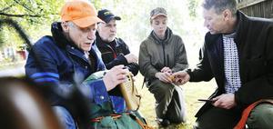 Alla jaktkompisar har numera plasthandskar i jaktryggsäcken, för att kunna hålla god hygien när man tar hand om den skjutna älgen. Men de är noga med att handskarna inte lämnas kvar i skogen, då djur kan få i sig dem och dö. Kalle Gunnarsson, Kjell Norman, Johan Nääs och Bo Olsson kollar ryggsäcken.