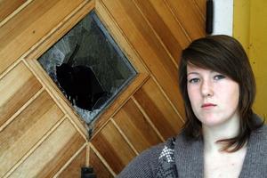 Rutan krossad. När Cecilia Hjärtmyr kom hem var rutan i dörren krossad och tjuvar hade tagit sig in i hennes familjs hem.