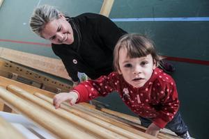Nana Moskal får hjälp av Karin Berger från Rädda barnen Söderhamn.