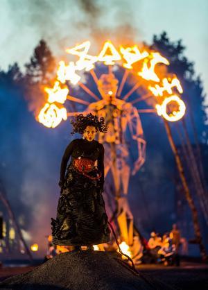 Ingela Brimberg som Elektra framför brinnande ståljätte.