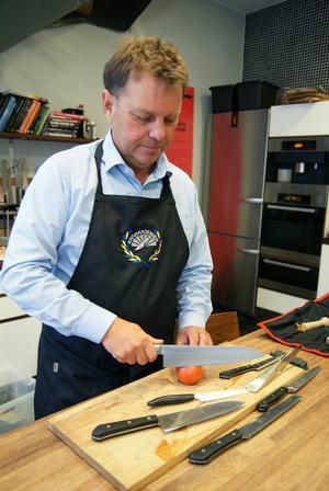 Johan Almling jämför skärpan på olika knivar. Foto: Martin Hansson/Testfakta