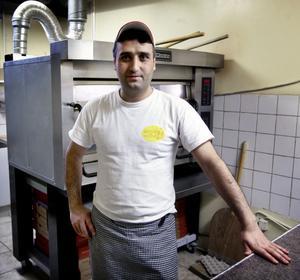 Burhan Ablay på Fontana sänkte priserna med 12 procent i fredags. Nu hoppas han på fler matgäster.