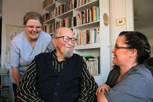 Färre ansikten i hemtjänsten. Det ger en närmare kontakt och bättre omvårdnad, tycker undersköterskorna Maja Fogel och Camilla Olsson och Rune Pär Olofsson som har hemtjänst sedan april.