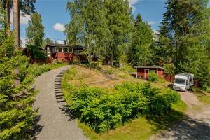 Beläget i Hästhagen ligger denna vinterbonade fritidstomt med bland annat bastubyggnad, gäststuga och båtplats.