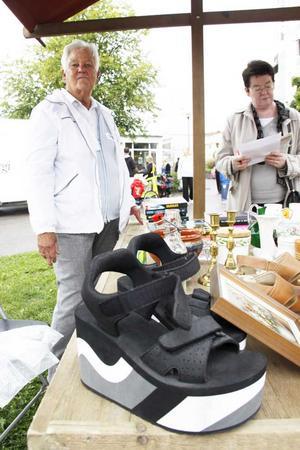 Loppissko. Det fanns möjlighet att hyra loppisbord på Vallbydagen och en av dem som stod där var PRO med Svea Larsson i spetsen. Bland annat sålde hon dessa skor, fast de var inte hennes gamla.