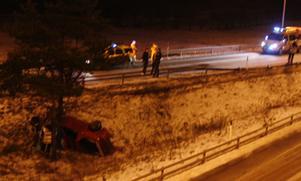 Bilen kom från riks 80 och var på väg mot E4 när den körde av vägen.
