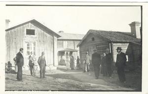 Bilden är tagen i början av 1930-talet, då det ordnades ett kalas vid gården Norstedts i Alfta.