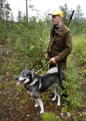 Stefan Forsberg stannar ofta till och lyssnar och scannar av terrängen.