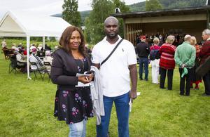 Carol Nnaji och Stanley Frednand spelar in en dokumentär om Sverige för Africa Independent Television i Nigeria.