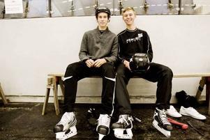 """UNIKT. Saik-juniorerna Gustaf Wikström och Linus Almqvist var entusiastiska efter att ha provåkt nya hemmaisen. """"Underbart. Fantastiskt. Vi får unika förutsättningar"""", sade Linus."""