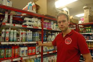 """20-årsgräns. """"Vi fattade beslutet direkt när vi fick veta att ungdomarna köper doftsprej för att sniffa"""", säger Daniel Larsson på butiken MM om att de infört 20-årsgräns på doftsprejer."""