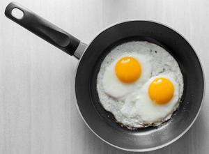 Sylvester Stallones kalasande på råa ägg inför löprundan i första Rocky-filmen. Men faktum är att kroppen inte kan bryta ned proteinet eller ta upp B-vitamin från råa ägg lika bra som när ägget är tillagat.