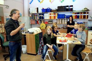 Kreativiteten flödar i klass 3B när de med hjälp av författaren Martin Widmark ska hitta på fyra huvudpersoner till en berättelse och vad de har för egenskaper.BILD: JESSICA UHLIN
