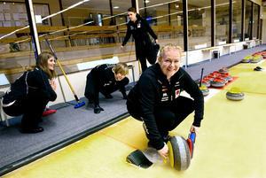 Uppvärmning i den vanligaste träningshallen, Sundsvalls curlinghall. Främst skippern Margaretha Sigfridsson och bakom henne från vänster: Nina Bertrup, Maria Prytz och Maria Wennerström.