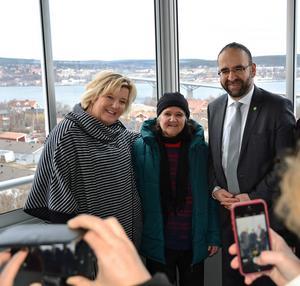 86-åriga Jamilla Rashid ska flytta in i en tvåa högst upp. När bostadsministern Mehmet Kaplan och Mitthems vd Marie Selin tittade in i går eftermiddag så ville många föreviga trion ute på balkongen.