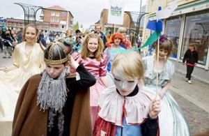 Karnevalståg med många av kulturskolans ungdomar som valt att spela ett musikinstrument.