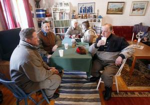 Forbönderna bjöds på fika hemma hos Margareta och Hilding Zackrisson på Fjällgården. Närmast kameran Thomas Rihpa, Funäsdalen, och Göran Andersson från Långå.