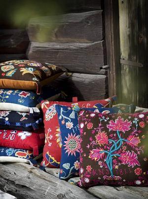 Färg- och mönsterprakten riktigt lyser från Sandra Petterssons bilder av de nytillverkade kopiorna av gamla jämtländska brudkuddar.Foto: Sandra Pettersson