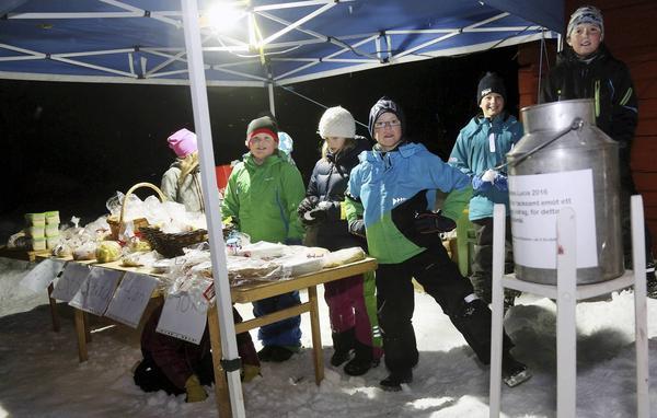 Klass fyra på Sonfjällsskolan sålde kakor och andra godsaker för att fylla på kassan till Schackfyran