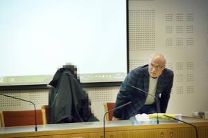 Tvillingpappan i Gävle tingsrätt med sin tidigare försvarare Lars Häggström.