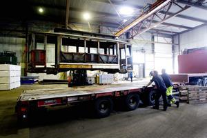 Ett litet steg för männskligheten månne, men flytten av spårvagnarna till lokaler där restaureringen kan inledas ordentligt är ett stort steg för Svenska spårvägssällskapets Gävleavdelning.