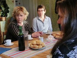 Under besöker hos Birgitta Rådman konstaterade Beatrice Ask att hon och andra i Kallsta drabbats av stöldbrott som lätt försvinner undan hos polisen men som påverkar vardagen för de som drabbas efteråt. Till höger: Birgitta Nilsson.