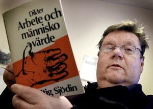 """""""Den som inte kan ta till sig det skrivna ordet har ett fattigt språk och brist på fantasi och därmed svårigheter att kunna ta till sig kunskaper. Språket är A och O för att man ska kunna tillvarata sina demokratiska rättigheter, sa Åke Dansk i sitt tacktal."""