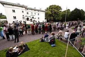 Åskådare började samlas tidigt utanför Solliden slott för att uppvakta kronprinsessan på hennes 32-årsdag.