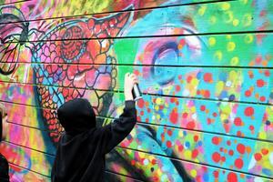 Regnet stoppade inte grafittimålarna på Los skolgård. Foto: Pia Enocson