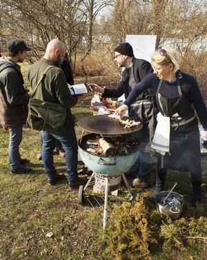 """Konstnärerna Karin Willén och Carl Johan Erikson genomförde 2014 en matlagningsaktion med fisk från Forsmarks skärgård, i Marabouparken i Sundbyberg. Foto ur """"10°C - Recept från Forsmarks skärgård""""."""