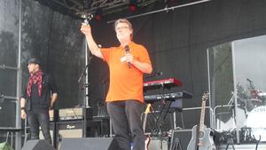 Box Whiskeys vd Thomas Larsson inviger festivalen med en skål.