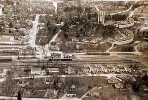 Flygbild över Rimbo 1979 med järnvägen centralt placerad.