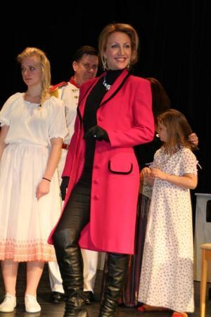 Bianca Muratagic som grevinnan Maritza. I bakgrunden Johan Hernblom som Baron Karl Stephan Liebenberg