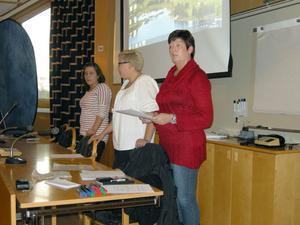 Kvinnojouren berättade om sin verksamhet, närmast Marina Lundberg, kassör, i mitten Frida Wennberg, som sitter i styrelsen och längst bort Sofia Wennberg, ordförande.