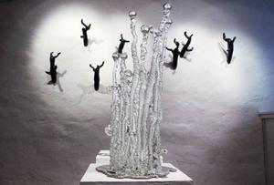 Elisabeth Henrikssons skulpturer i mitten av utställningshallen är som stora brudkronor men med glasbubbel.