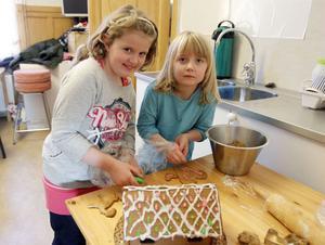 – Vi gör inga pepparkakshus hemma, sa systrarna Elsa, 8 år, och Leonora, 6 år, Karlsson, som hade dekorerat det här huset.