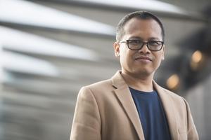Den indonesiske författaren Eka Kurniawan besökte Sverige under Bokmässan i Göteborg. Han brukar nämnas som en av de viktigaste författarna i Sydostasien just nu.