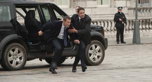 Den amerikanske presidenten (Aaron Eckhart) måste undsättas av Secret Service-agenten Mike Banning (Gerard Butler) när terrorister tar kontrollen över London.