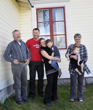 Familjen betyder mycket och samlades (utom sonen Erik) när Lars Lindroth presenterade sin nya bok. Här syns Lars med hustrun Karin, dottern Anna, svärsonen Glenn Bovin och barnbarnen Filip och Anton.