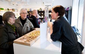 Kökschefen p å Oxbacksskolans högstadium, Maria Eriksson, serverar hoummus till Siegward och Kerstin Langhof.