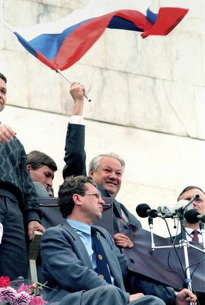 Boris Jeltsin firar segern över kuppmakarna 22 augusti 1991 i Moskva. Den ryska flaggan har definitivt ersatt den sovjetiska och Sovjetunionens upplösning är nära förestående. Foto: Czarek Sokolowski/AP/TT
