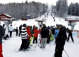 RUSNING. Åkglädjen var stor liksom trängseln vid skidliftarna då Kungsberget drog igång för säsongen.