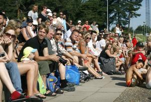 Massor av föräldrar hade samlats för att titta på barnens simskoleavslutning.