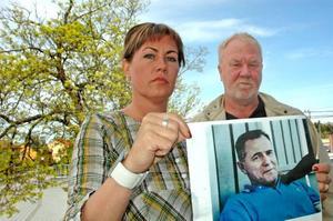 MÖRDAD?  I maj i år gick Terese Westman och Arne Jansson, från Uppsalapolisen, ut och efterlyste uppgifter om försvunne Christer Rhodin från Älvkarleby. Nu har två personer häktats misstänkta för att ha mördat honom.