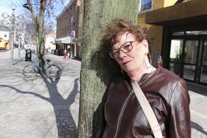 Mia Lindberg i Ludvika är både besviken och ledsen över att inte fler Ludvikabor följde hennes exempel och lade blommor på gågatan.