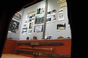Inifrån barnens björnide har man denna utsikt in mot den gråa delen av museet.