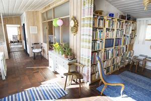 I hallen och biblioteket ligger klinker på golvet och värmekanalerna under dem värmer huset.