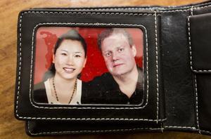 I Mikaels plånbok finns fotot på hustrun Huiqi.